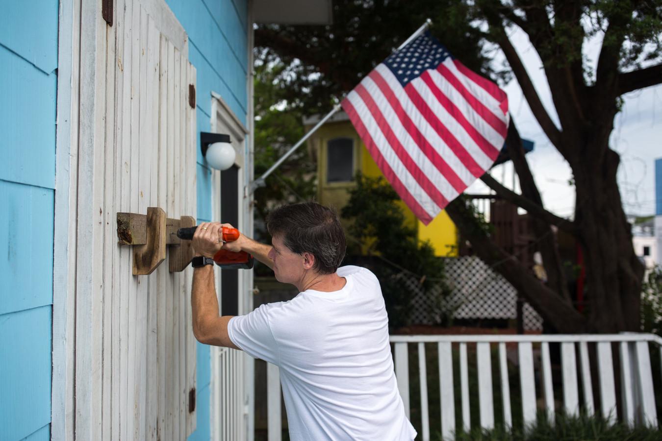 Een Amerikaan barricadeert zijn woning in afwachting van de naderende superstorm Florence.