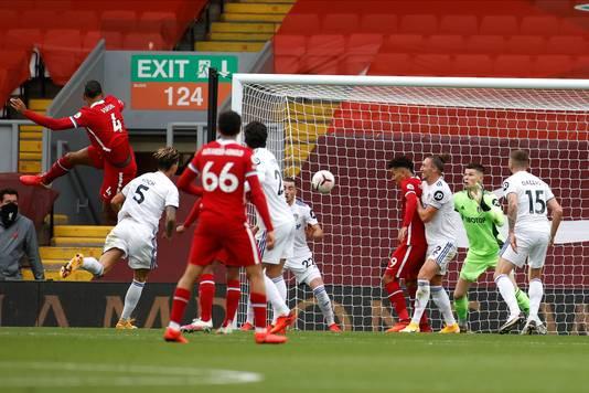 Virgil van Dijk kopt Liverpool op voorsprong.