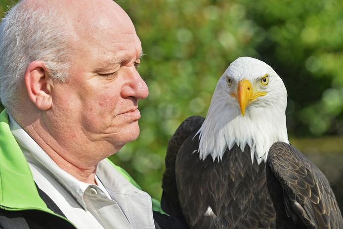 Dierenverzorger Jan Walhout met zeearend Thing in dierenpark De Oliemeulen.