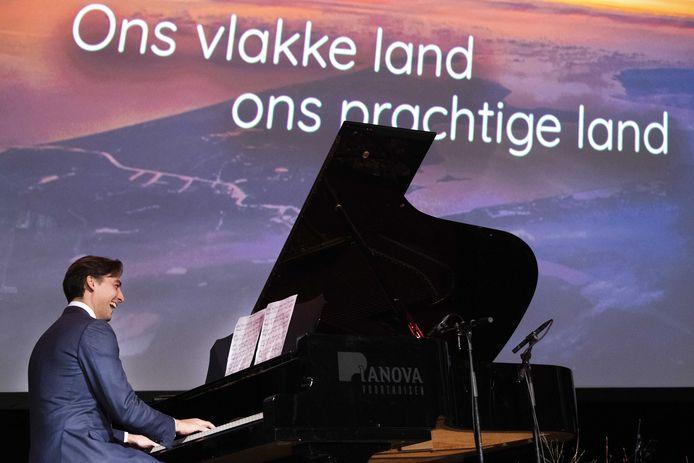 Thierry Baudet speelt piano als Lange Frans een FvD-variant van zijn hit 'Het land van' zingt.