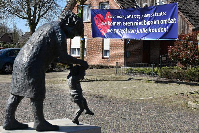 Spandoek zoals dat in maart al werd opgehangen bij zorgcentrum De Lookant in Wanroij. Binnenkort is familiebezoek weer mogelijk.