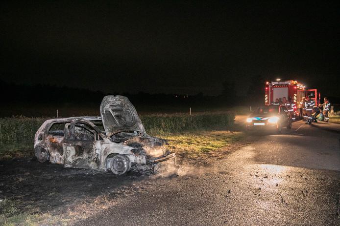 De uitgebrande auto in Elst.