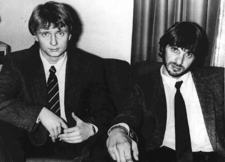 Willem Holleeder (r) en Cor van Hout staan in 1985 de pers te woord. Ze worden ervan verdacht medeplichtig te zijn aan de ontvoering van Fred Heineken. Beeld anp
