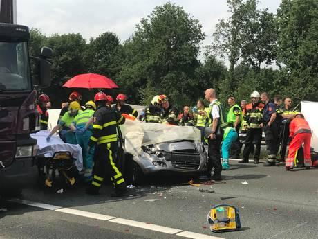 Verbijsterde motoragent bekeurt 28 bestuurders voor fotograferen ongeval: 'Levensgevaarlijk. Aanpakken'