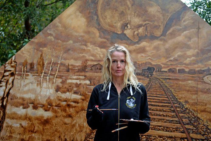 Kunstenaar Sonna Krom voor haar muurschildering.