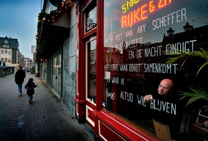 Stadsdichter Juno Rissema schrijft gedichten op ramen van door de corona gesloten cafe's.