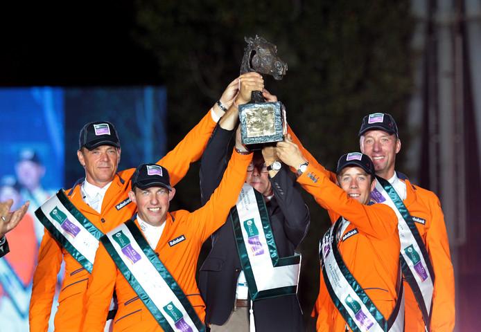 Een beeld uit het verleden: De Nederlandse springruiters, met Jeroen Dubbeldam en Gerco Schröder, winnen de finale van de Nations Cup.