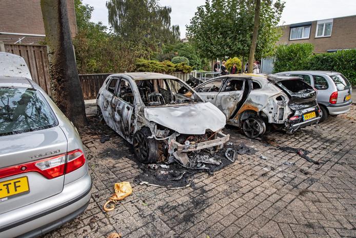 Uitgebrande auto's in de Nijmeegse wijk Tolhuis.