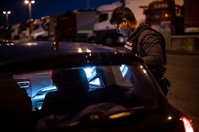De marechaussee controleert een auto. Foto ter illustratie.