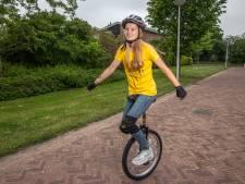 Circusartiest Isa (13) uit Zwolle blinkt uit op de wielerbaan