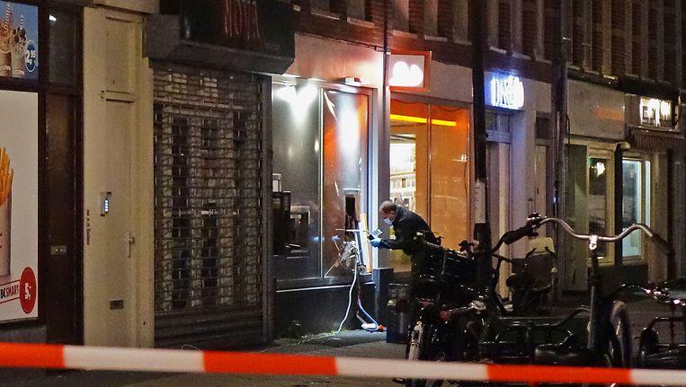 De politie doet onderzoek aan de pinautomaat in de Eerste van Swindenstraat. Beeld Reinder van Zaanen
