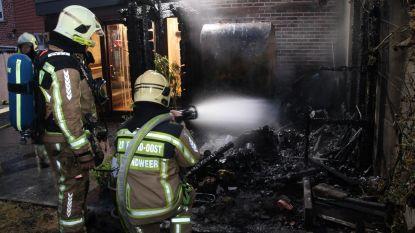 Koppel net op tijd wakker: achterbouw uitgebrand op vrijdag de 13e