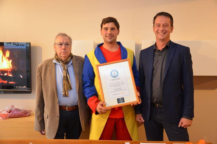 Max De Zwaef met - voorlopig nog niet officieel - certificaat van zijn wereldrecord -, in het bijzijn van zijn onafhankelijke waarnemers schepenen Laurent Volckaert en Bart Ottoy.