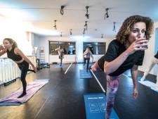 Sporten met een slok op, gin-tonic yoga als alternatief voor de vrijmibo: 'Dit is het nieuwe uitgaan'