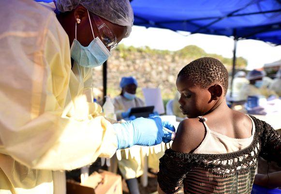 Een Congolese gezondheidswerker vaccineert een kind in Goma.