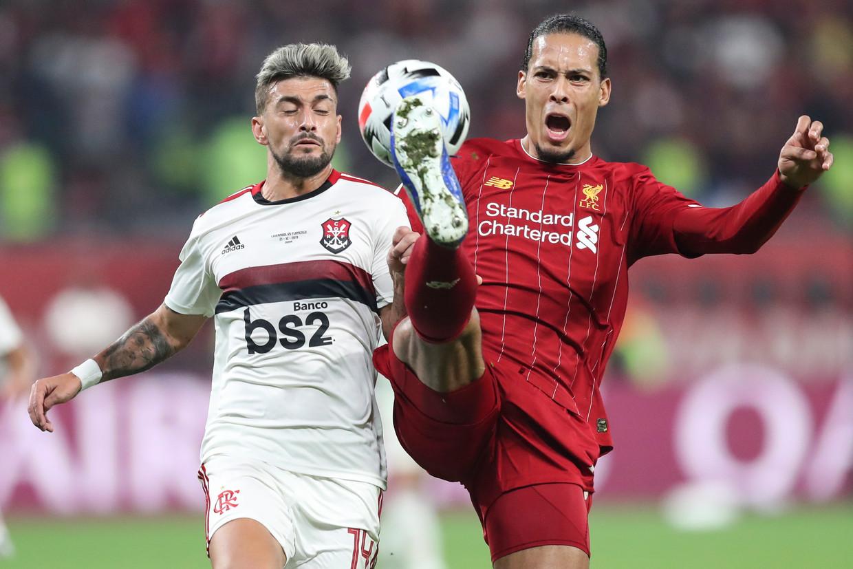 Virgil van Dijk is Giorgian De Arrascaeta te snel af in de met 1-0 gewonnen finale van de wereldbeker voor clubs in december. Beeld EPA