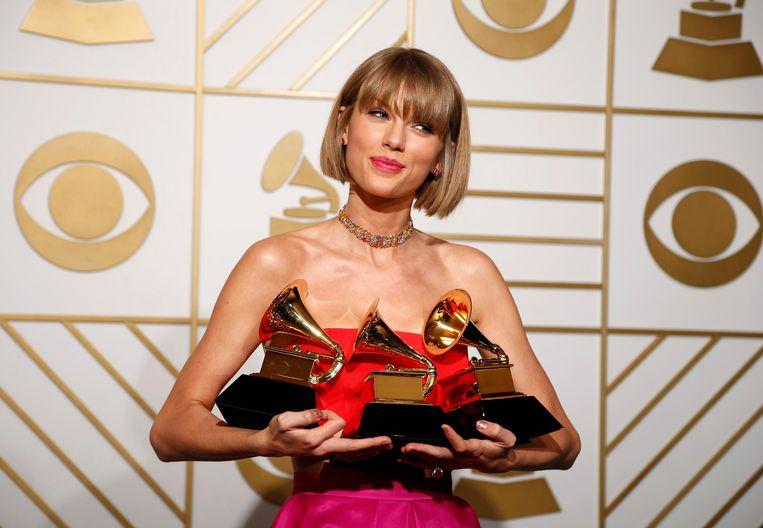 Taylor Swift poseerde met haar vele prijzen.