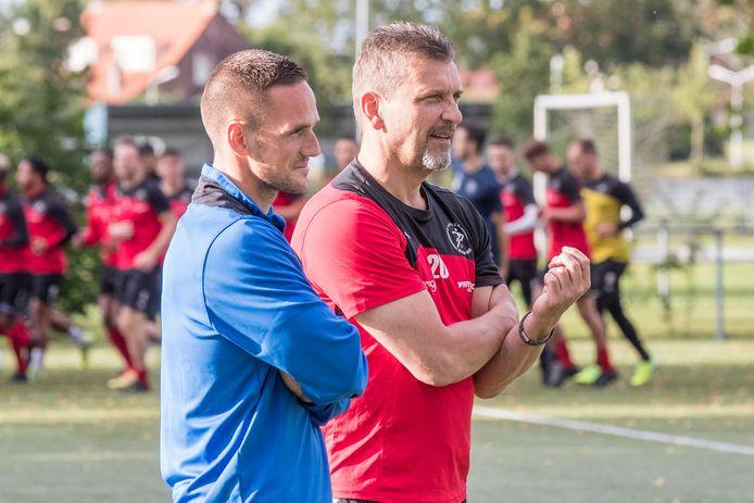 Renaldo Jacobs (links) tijdens de eerste training van dit seizoen naast keeperstrainer Jaap Pijnenburg.