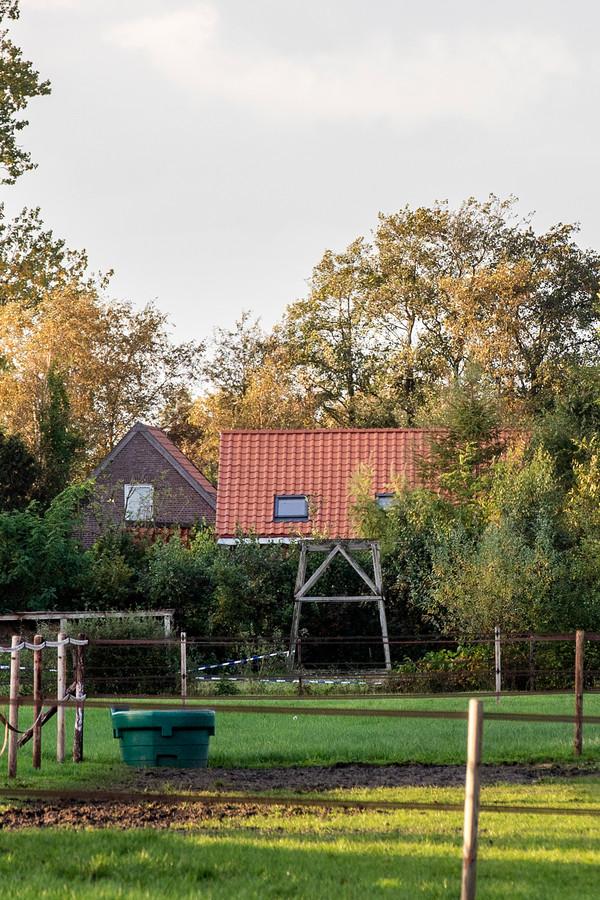 De achterkant van de boerderij waar de zes kinderen en vader Gerrit-Jan zijn gevonden