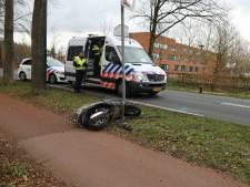 Scooter geschept door auto in Baarn: één gewonde