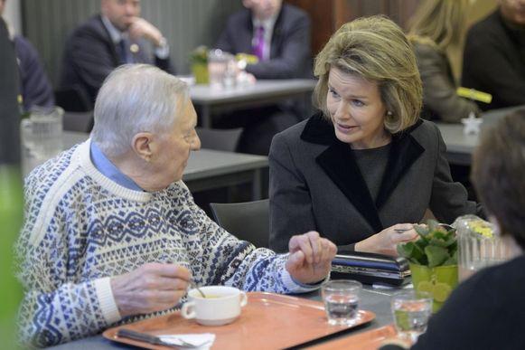 De koningin nam de tijd een praatje te slaan met de klanten van het sociaal restaurant.