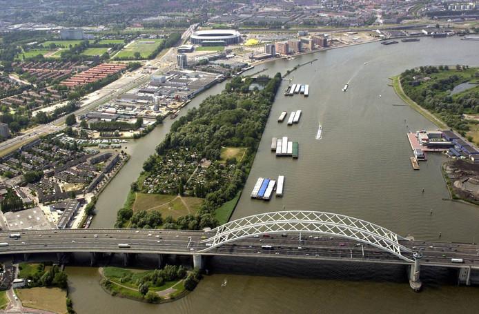 De Nieuwe Maas bij de Van Brienenoordbrug.