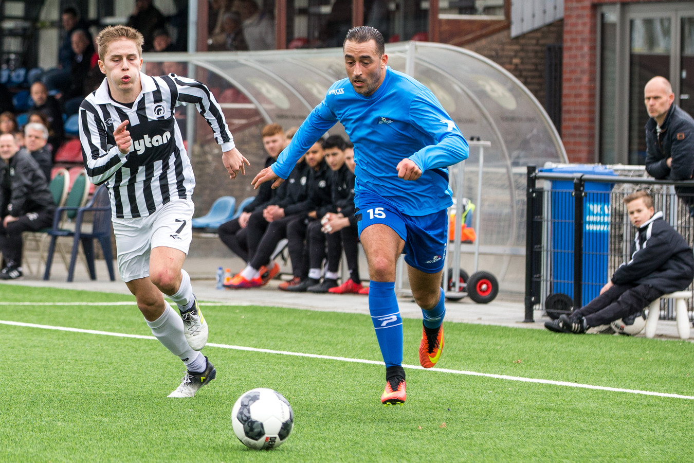 Sead Begic van Achilles'29 in duel met Chakib Tayeb van De Dijk.