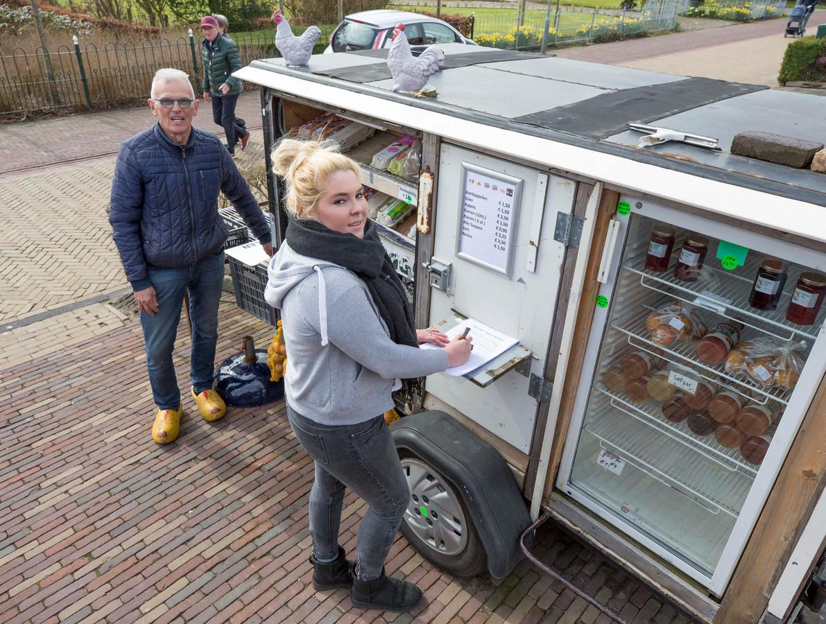 Rini Bruynooge bij de inmiddels gesloten kar in de Wilhelminastraat.