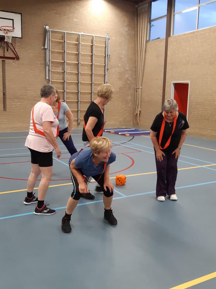 Enkele dames van gymclub Heikant tijdens de les in de Verhulstlaann