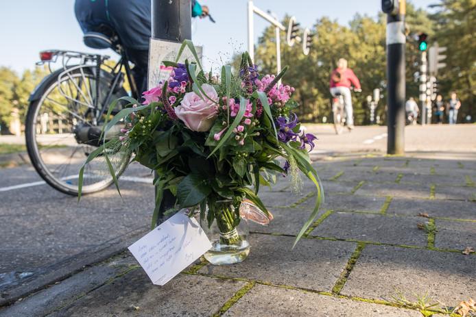 Daar waar Anne Faber op vrijdag 29 september haar laatste selfie in de stromende regen maakte, staat nu een vaasje met bloemen.