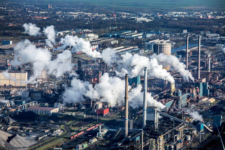 Tata Steel in IJmuiden, een grote uitstoter van CO2. Beeld Raymond Rutting / de Volkskrant