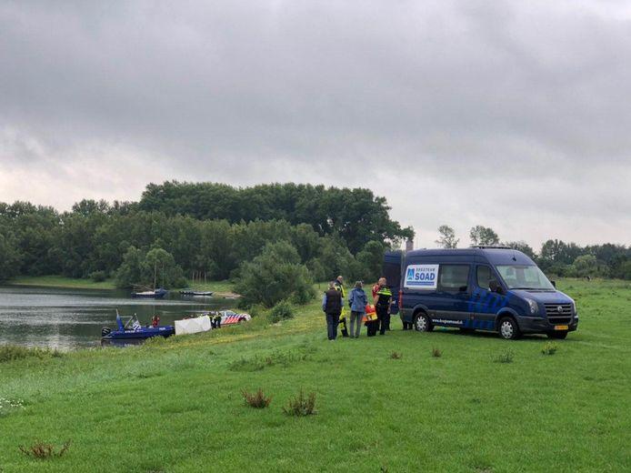 Een dregteam, een terreinwagen van de politie en minstens twee boten van de politie zijn aanwezig bij de vondst van het lichaam in de Valeplas bij Giesbeek.