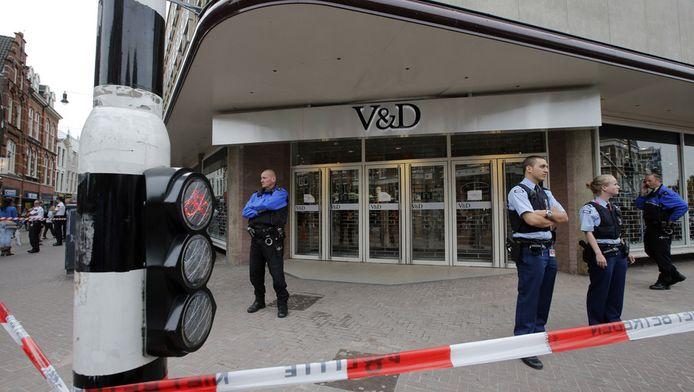 Politieagenten bewaken het pand van V&D aan de Grote Houtstraat in het centrum van Haarlem.