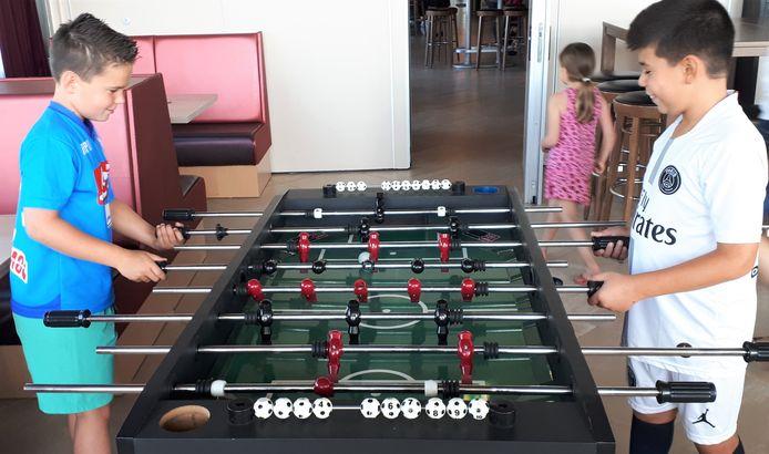 Geen profvoetballer? Dan is tafelvoetbal ook een mooi alternatief vinden OJC'ers Arda en Gianluca (r) .