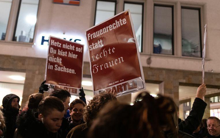 Deelnemers aan een betoging  tegen de AfD in Freiburg. Ook in andere steden gaan AfD-aanhangers en tegenbetogers de straat op.