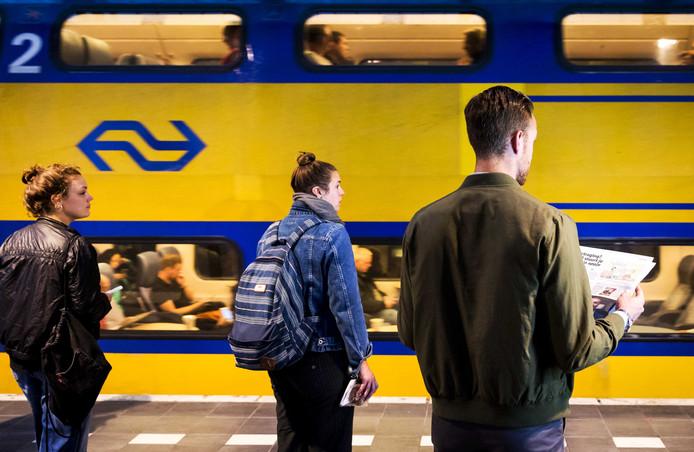 Treinreizigers op Amsterdam CS.