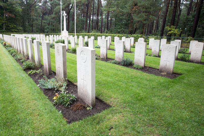 De Engelse militairen die eerst in Veldhoven lagen, liggen inmiddels allemaal op Valkenswaard War Cemetery van de Commonwealth War Graves Commission (CWGC).