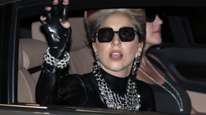 Lady Gaga flasht voorgevel in vliegtuig