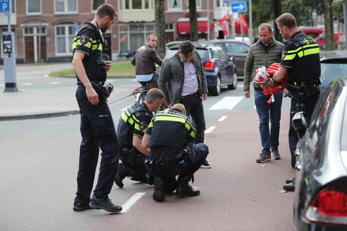 De politie doet onderzoek op de plek waar de man werd mishandeld op de Willem de Zwijgerlaan.