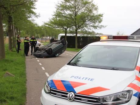Auto belandt op kop in Naaldwijk