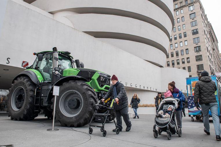 De tractor als symbool voor de tentoonstelling 'Countryside: The Future' van de Nederlandse architect Rem Koolhaas in het Guggenheim Museum in New York. Beeld Cynthia van Elk