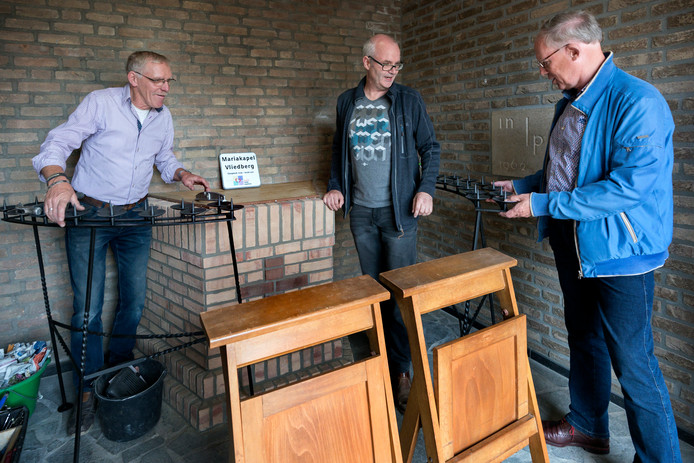 Vrijwilliger André Verreijt (l), secretaris van het parochiebestuur Marco en Os (m) en vice-voorzitter Peter van Drunen (r) in de Mariakapel.
