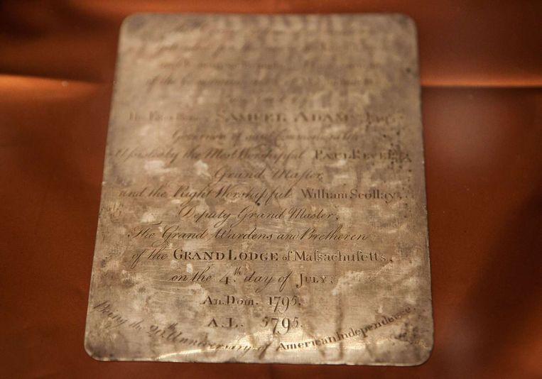 Een zilveren plaatje met daarop een tekst over de tijdcapsule, die geplaatst werd naar aanleiding van de 20ste verjaardag van de Amerikaanse onafhankelijkheid.