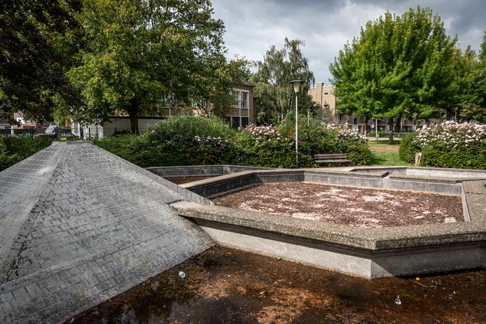 De fontein aan het Adelaarplein in Helmond. Deze én flats rechts achter de bomen verdwijnen mogelijk.