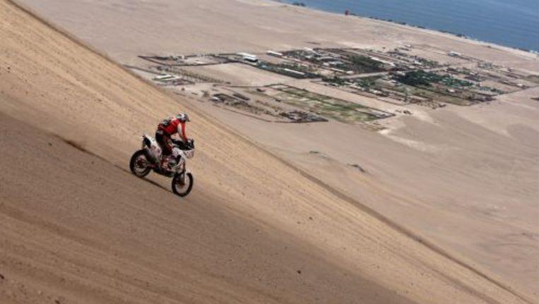 Een motorrijder rijdt door de woestijn van Chili tijdens de Dakar Rally. ANP Beeld