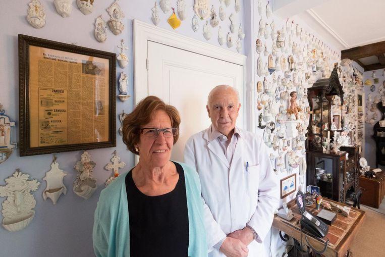 Huisarts Rik Vandaele met zijn vrouw Arielle bij hun wijwatervaatjescollectie.