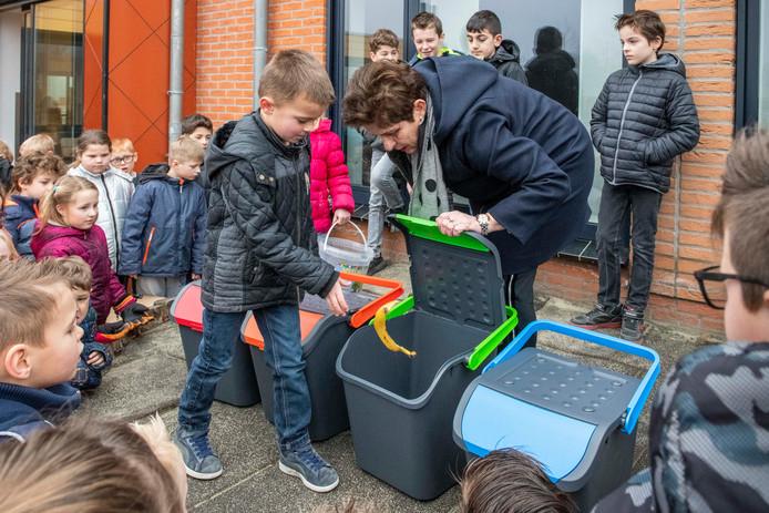 Wethouder Diana van Damme overhandigde de verschillende afvalbakken om beter afval te scheiden op basisschool de Schakel.
