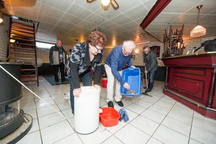 Hermien Kelder (79) heeft opnieuw de hulp ingeroepen van haar zoons, schoondochters en enkele biljartvrienden om de bar en het dure wedstrijdbiljart in de kelderruimte aan de Jipkesbeltweg te beschermen tegen het stijgende grondwater.
