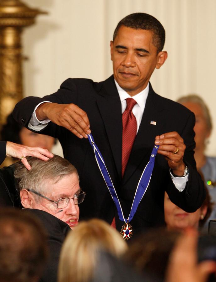 Voormalig president Barack Obama decoreert Stephen Hawking met de zogeheten Medal of Freedom in augustus 2009.