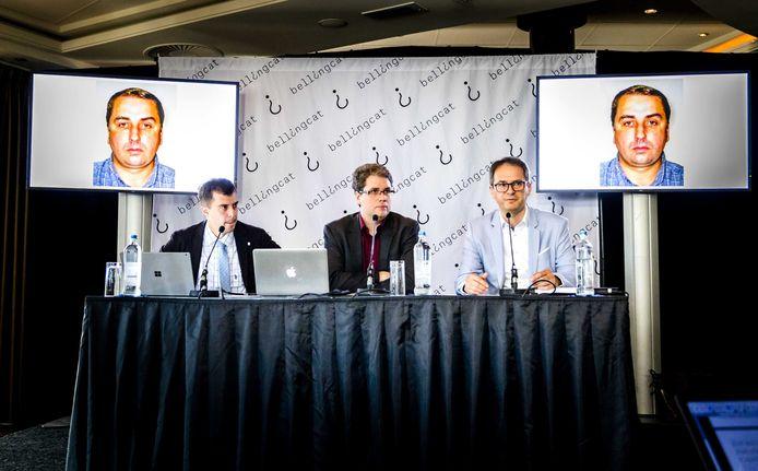 Eliot Higgins (midden), oprichter van Bellingcat, tijdens een persconferentie in 2018 waarop de burgeronderzoekers namen noemen van betrokkenen bij het neerhalen van MH17.